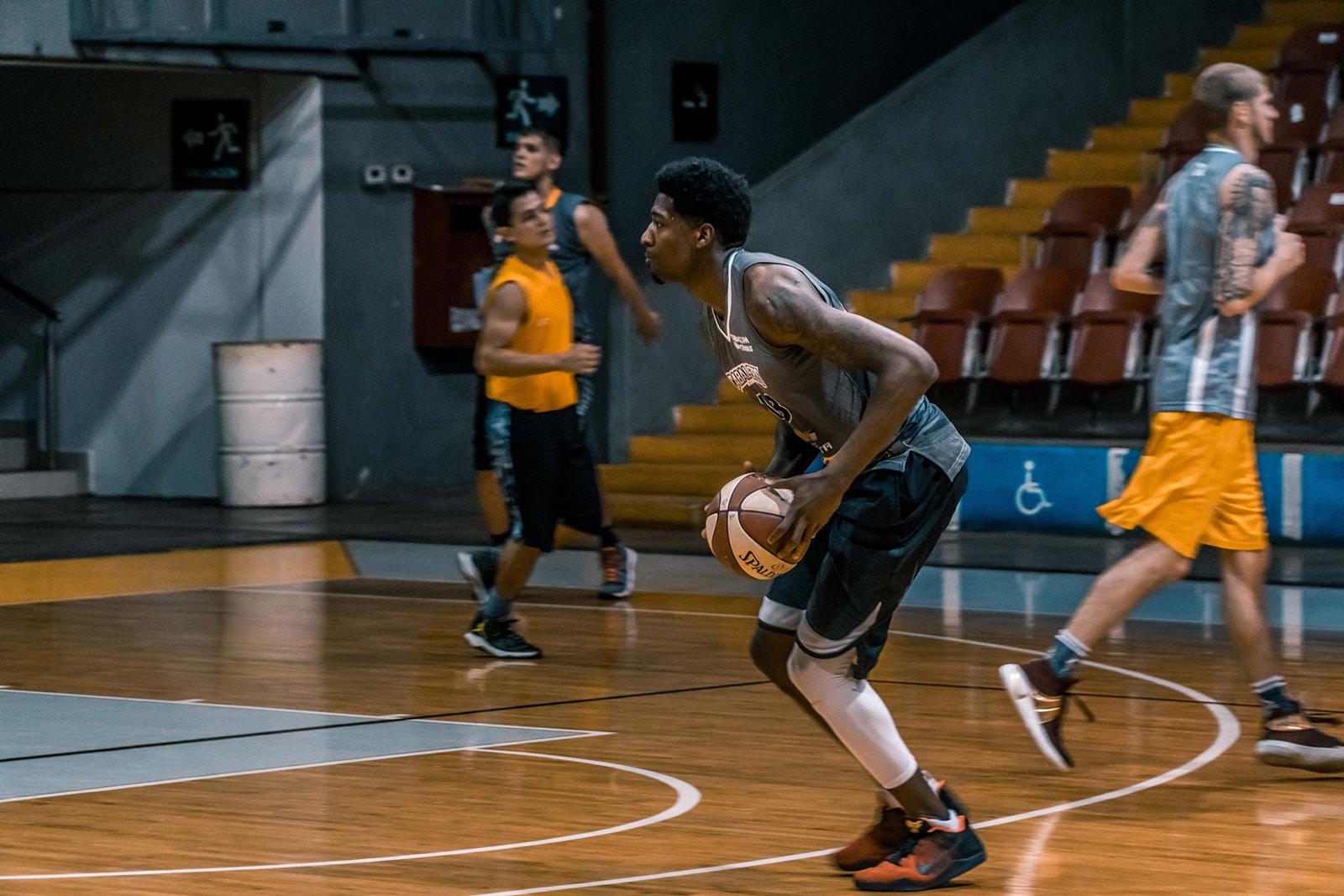 שחקני כדורסל צעירים